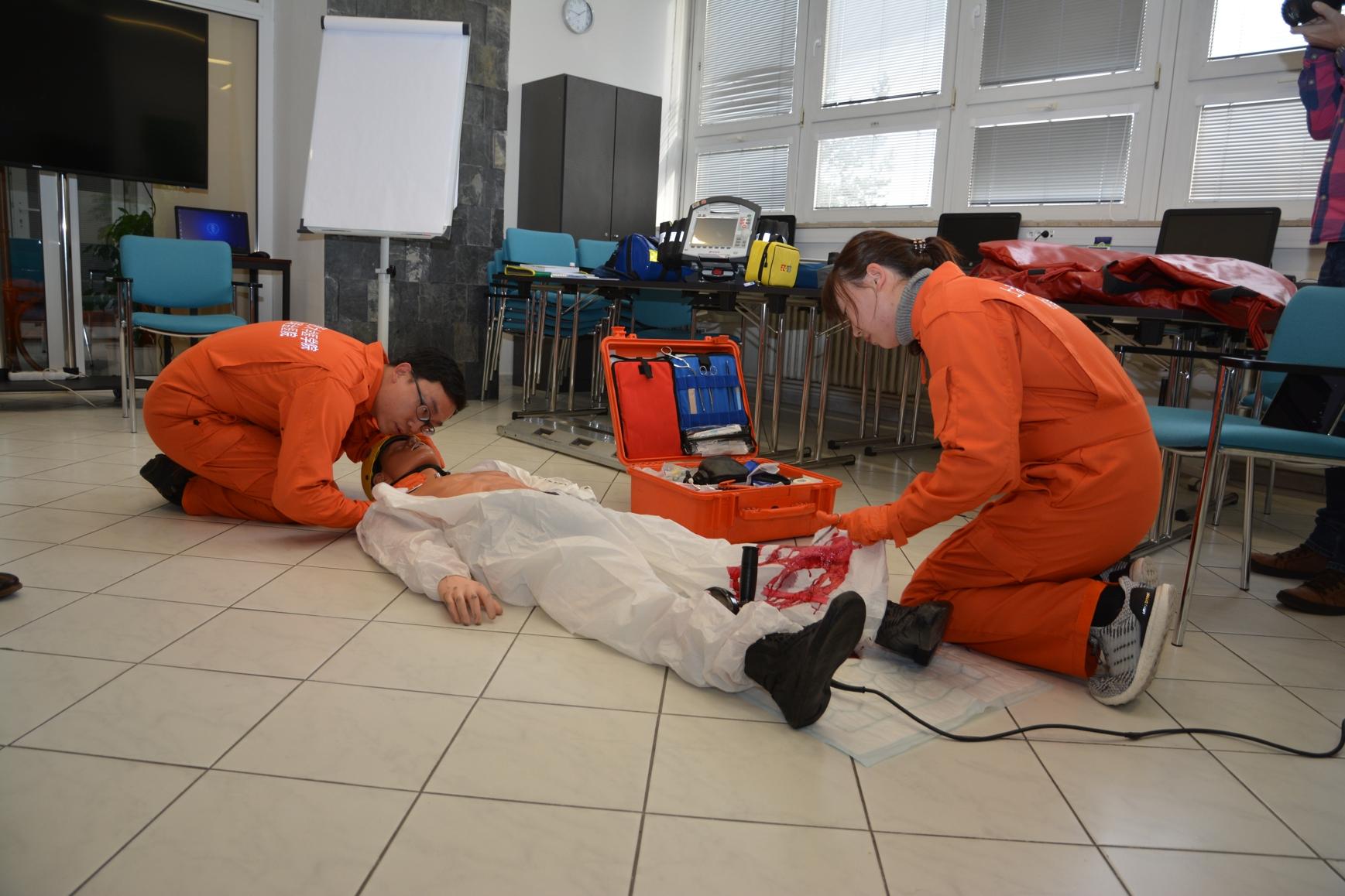 První zdravotníci ze Šanghaje absolvovali kurz pražské záchranky pro posádky vrtulníků